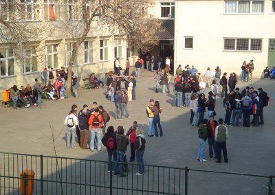 U dvorištu škole